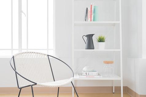Cadeira branca e Bookshelf