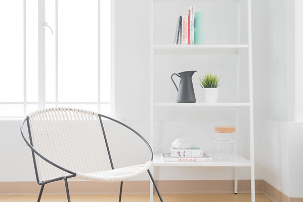 ホワイト椅子と本棚