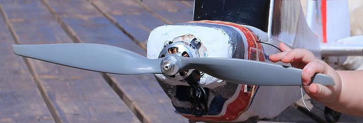 יד זעירה של תינוק אוחזת במדחף של טיסן חשמלי
