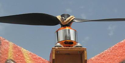 מנוע חשמלי בראשלס ומדחף של טיסן חשמלי נוהג רדיו