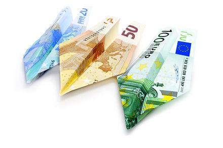 שלושה טיסני נייר עשויים משטרות כסף