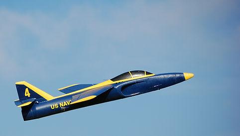 טיסן על שלט סילוני בצבעי כחול וצהוב על רקע שמיים כחולים