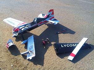 טיסנאי בודק שברי טיסן על שלט שהתרסק
