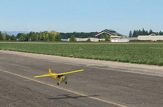 """טיסן מסוג פייפר קאב, בצבע צהוב, """"נוחת"""" בסימולטור טיסנים"""