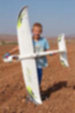 יונתן הקטן מחזיק טיסן חשמלי מונחה רדיו מסוג סקיי סרפר
