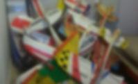 סוגי טיסנים על שלט מגובבים בערמה זה על גבי זה