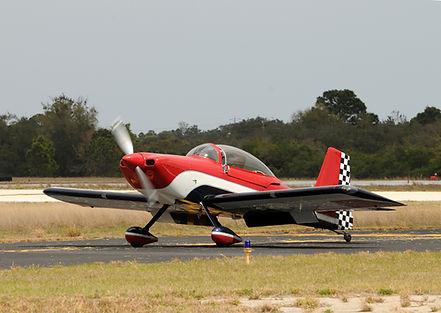 טיסן אירובטי ענקי, בצבעי אדום, לבן ושחור, עם כנף תחתונה, בעמדת המראה