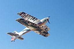 טיסן חשמלי דו כנפי טס בשמיים
