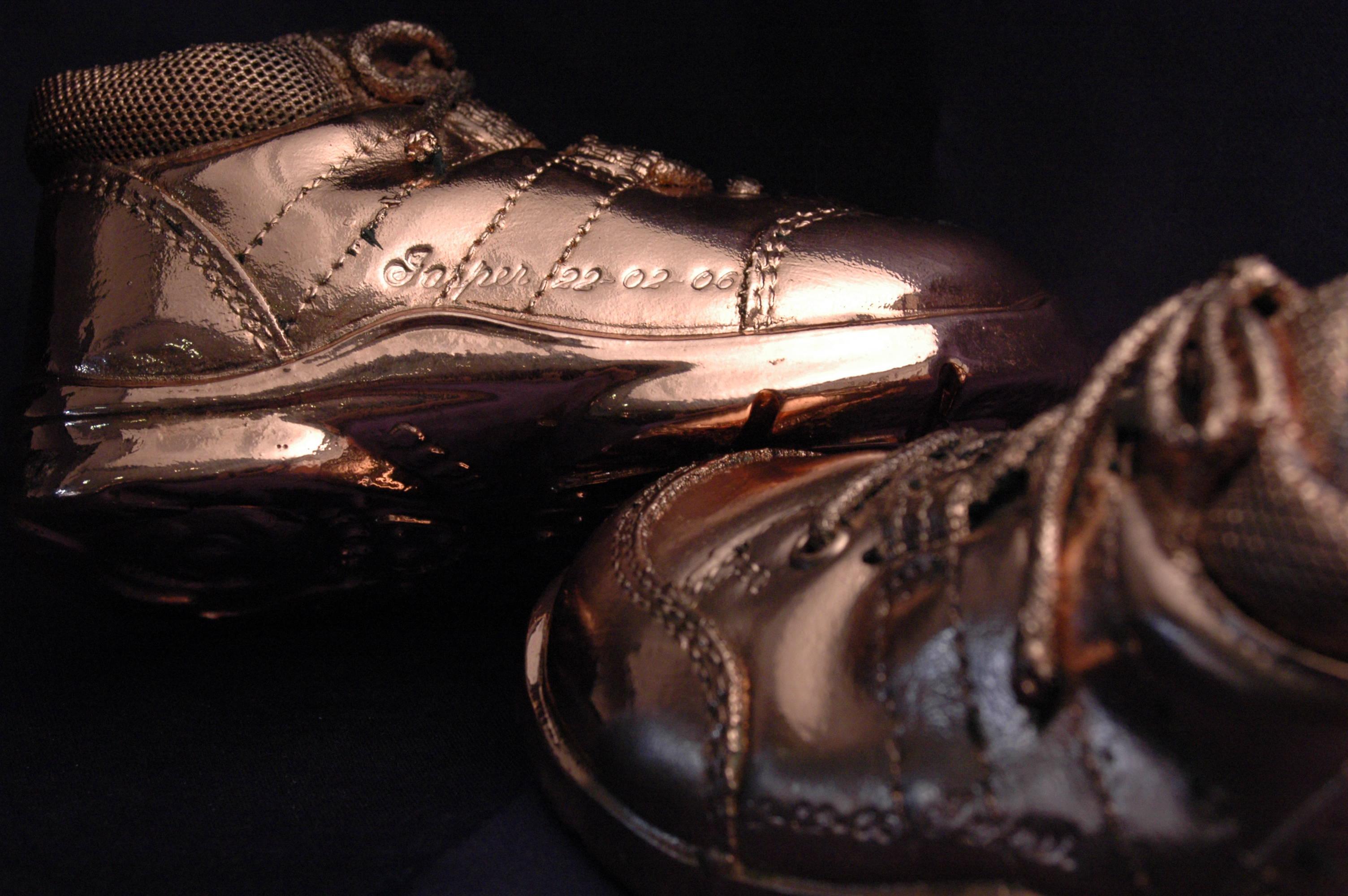 075 graveren bronsen schoentjes