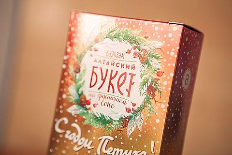 Верхняя часть коробки бальзама Алтайский Букет «С годом Петуха!» от брендингового агентства ЗБС БРЭНДС.