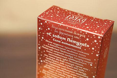 Обратная сторона коробки бальзама Алтайский Букет «С годом Петуха!» от брендингового агентства ЗБС БРЭНДС.