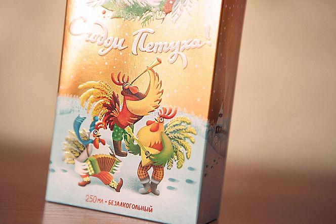 Нижняя часть коробки с петухами бальзама Алтайский Букет «С годом Петуха!» от брендингового агентства ЗБС БРЭНДС.