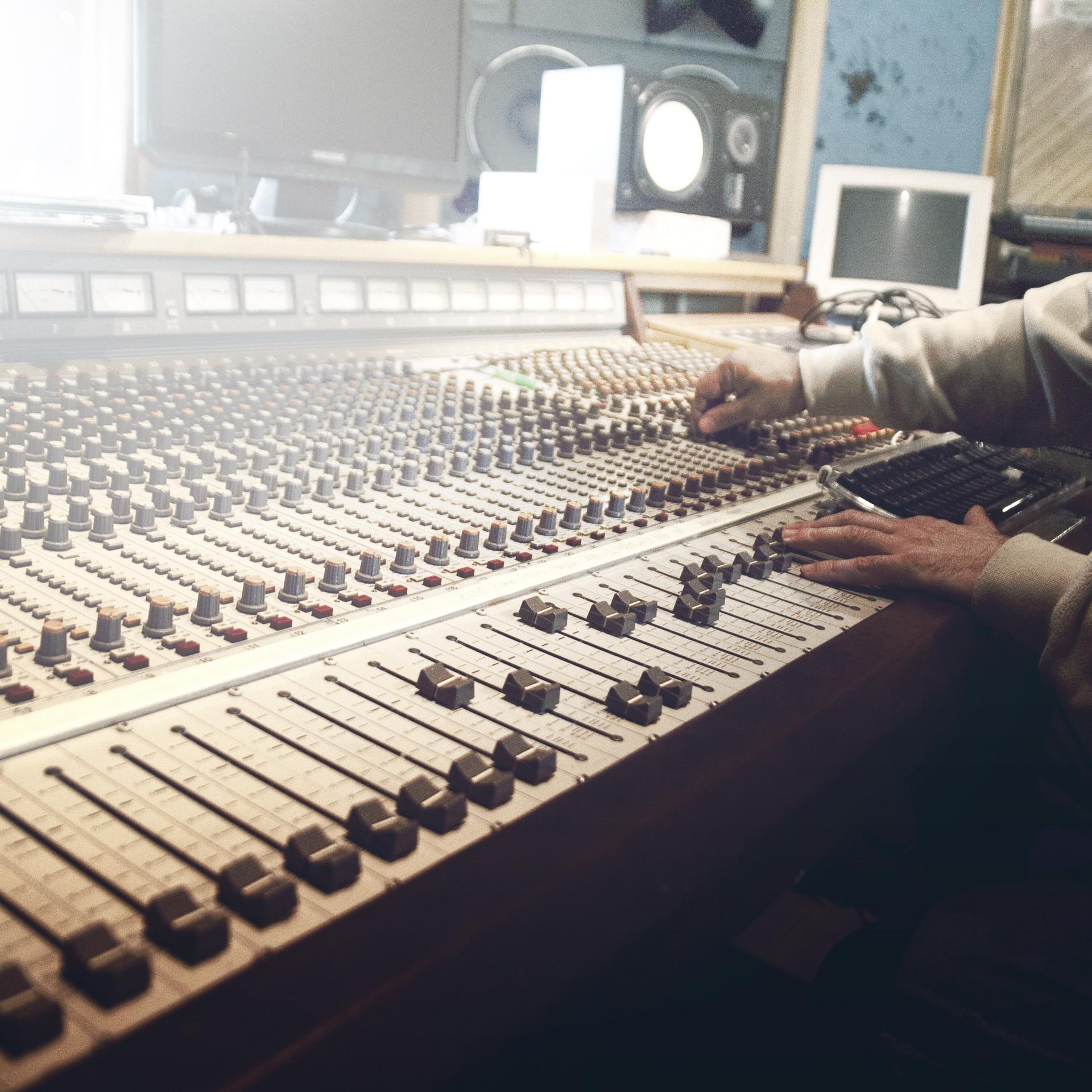sound-studio-407216.jpg