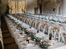 Lange gedekte tafels met bloemen en tafellinnen