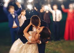 Bruidspaar kussend bij de afsluiting van feestavond
