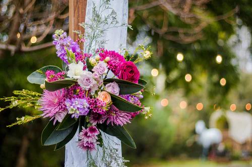 Boeket met diverse bloemen in roze en paarse tintent=
