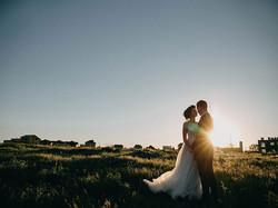 Bruidspaar bij zonsondergang