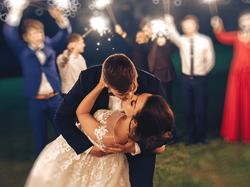 Bruidspaar kussend om middernacht