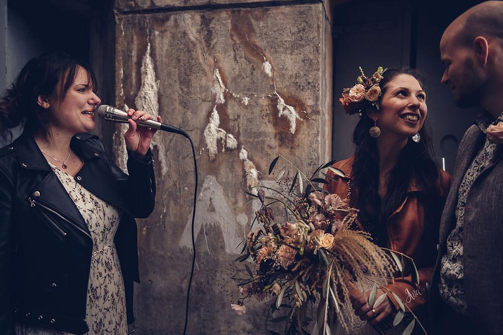 Zangeres zingt live voor een bruidspaasr