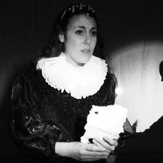 Isabel con carta.jpg