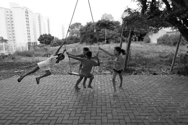 Crianças no balanço