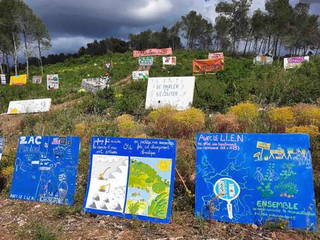 Une grande exposition en pleine nature, là où le tracé du LIEN a arraché les arbres, juin 2021