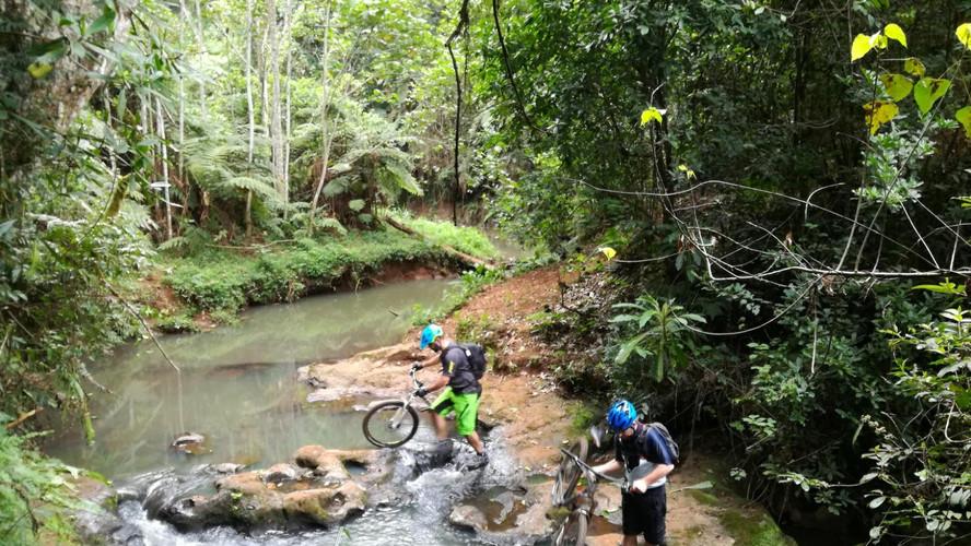mountainbike-rivier-oversteek.jpg