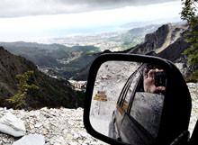 Cave di Marmo di Carrara dallo specchietto del mio fuoristrada