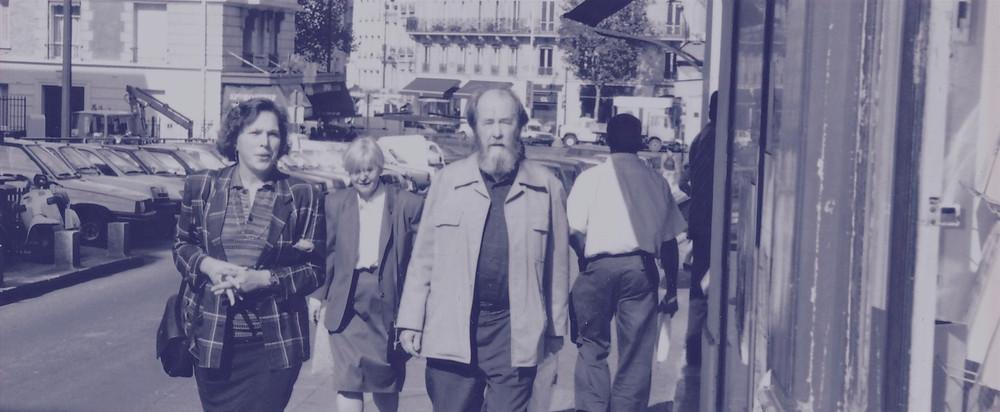 Soljenitsyne devant la librairie des Éditeurs Réunis, à Paris, centre culturel alexandre soljenitsyne.