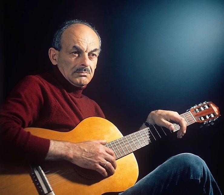 Le chanteur et poète soviétique Boulat Okoudjava (Булат Окуджава) (1924-1997)