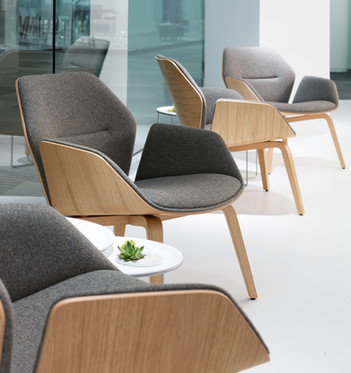 The fully upholstered version offers a softer look, while the signature bent plywood shell and the precisely defined curves deliver comfort in an inviting form.