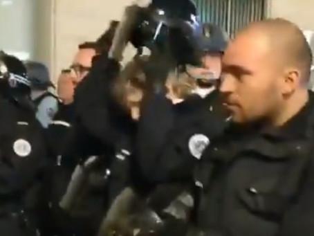 Gänsehaut pur -  Französische Polizisten legen Helme aus Solidarität zu den Gelben Westen nieder!