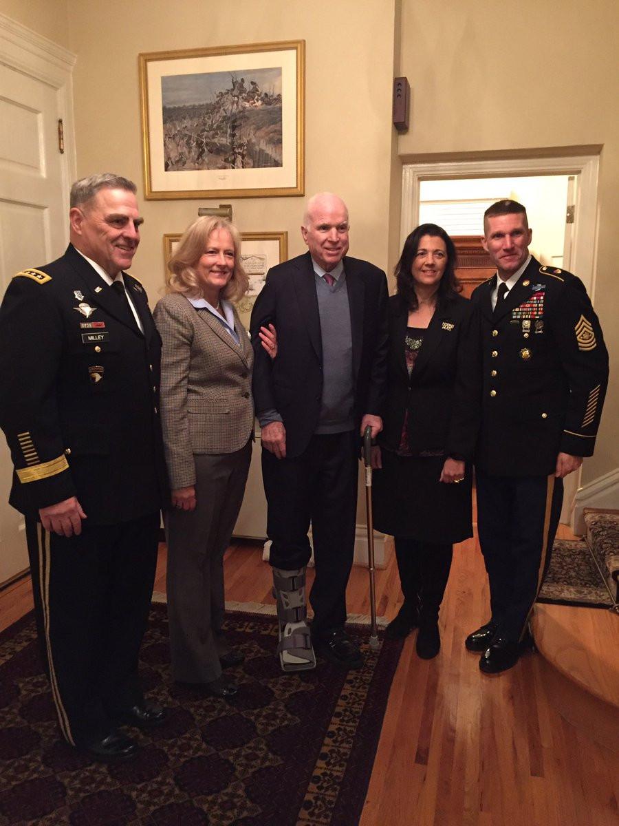 McCain Bein Schiene