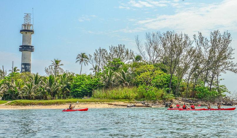 Faro-isla-de-sacrificios-kayak