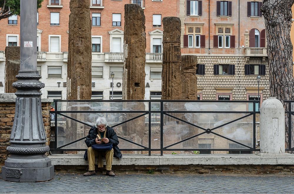 Flickr - Uomo con baffi che legge