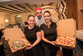 los tres con pizzas.jpg
