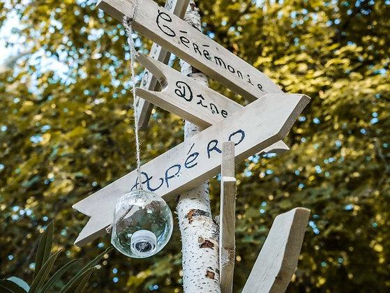 Panneau directionnel avec flèches en bois