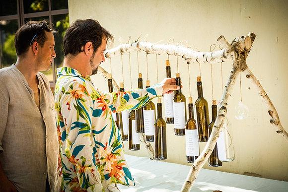 Plan de table avec bouteilles de vin suspendues