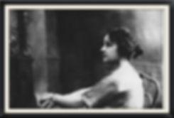 """מומה הוא הכינוי המשפחתי של לאה אבושדיד, אשתו של איתמר בן אב""""י, בנו של מחיה השפה העברית – אליעזר בן יהודה.מומה גם היתה הסבתא שלנו...מומההייתה אישה מהאגדות. חכמה ושנונה.וכן, מומה גם ידעה לבשל מצוין. למעשה היא היתה הבשלנית של המשפחה וחלק ממתכוניה משולבים גם בתפריט. על מומה וסיפור אהבתה הנועז עם איתמרסופר גם בשיר """"אהבת איתמר"""" וכן גם בספריו של גיל חובב, אח שלנו והנכד של מומה."""