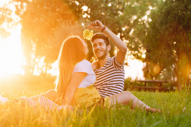 portrait-happy-pregnant-couple-picnic_12