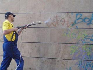 Власти хотят обязать управляющие компании ежедневно мыть фасады.