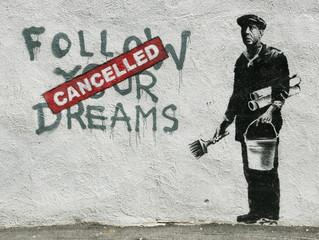 Очищать стены домов от граффити придется самим жильцам.