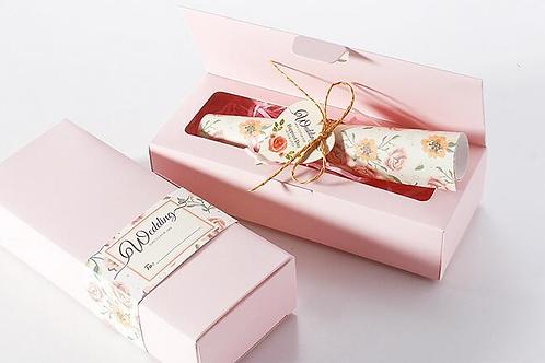 Trouwkaart rozen opgerold in een roze doosje