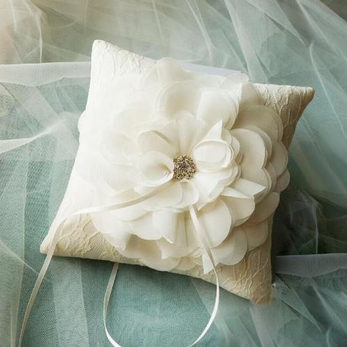 Ringkussen wit bloem satijn met kant