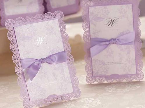 Trouwkaart paars met een sierlijke print en een strikje