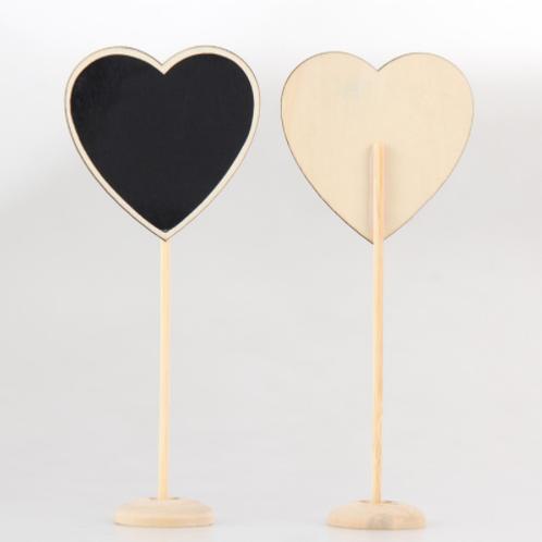 Krijtbord op standaard in hartvorm