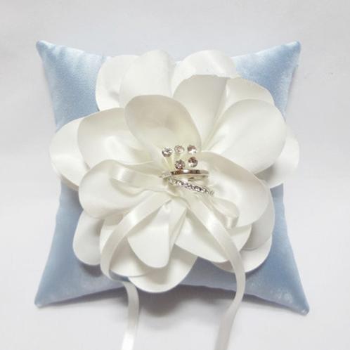 Ringkussen satijn blauw met witte bloem