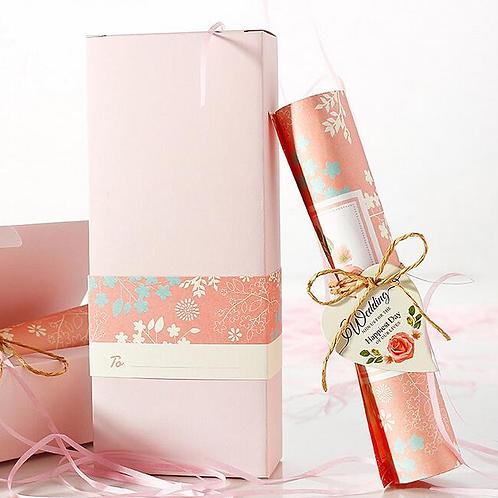 Trouwkaart roze met bladeren opdruk opgerold