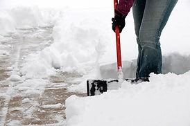 Ръчно ринене на сняг с гребло