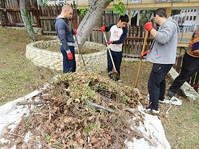 прочистване на тревна площ от битови отадъци